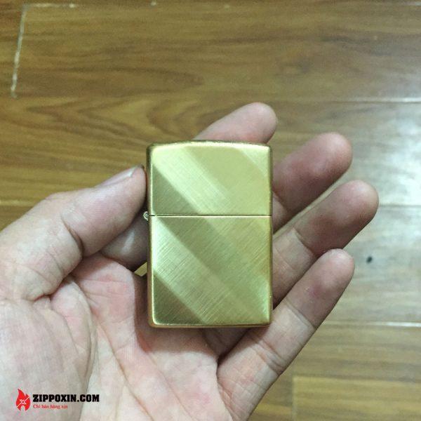 Hộp Quẹt Zippo Vàng Họa Tiết Xước Xéo 29675-1